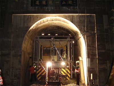 鉄道トンネル壁面撮影状況